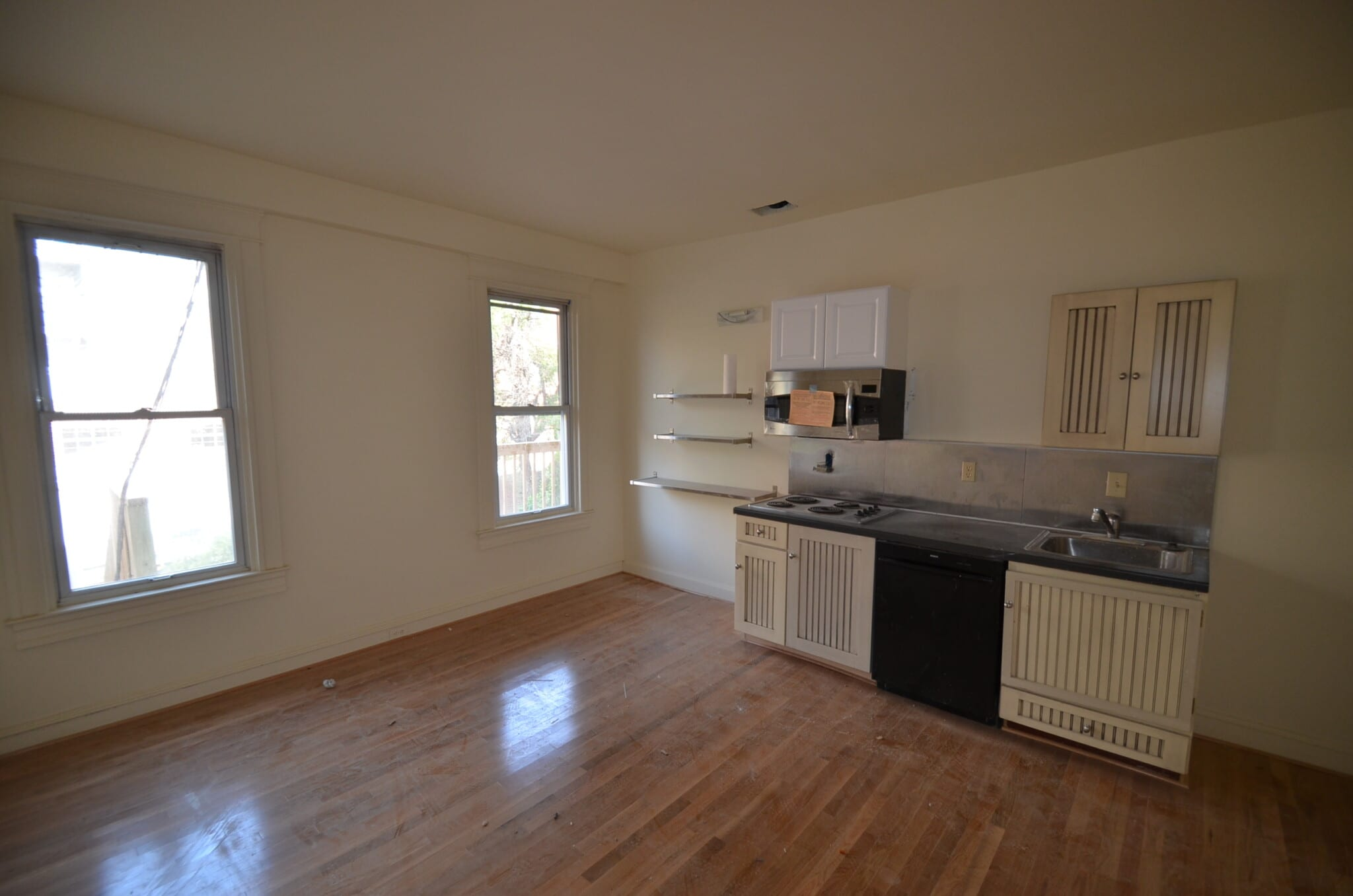 3210 N Calvert ~ 1 Bedroom Only 1/2 Block from Chipolte and Charles Village Shops; 2 Blocks to JHU