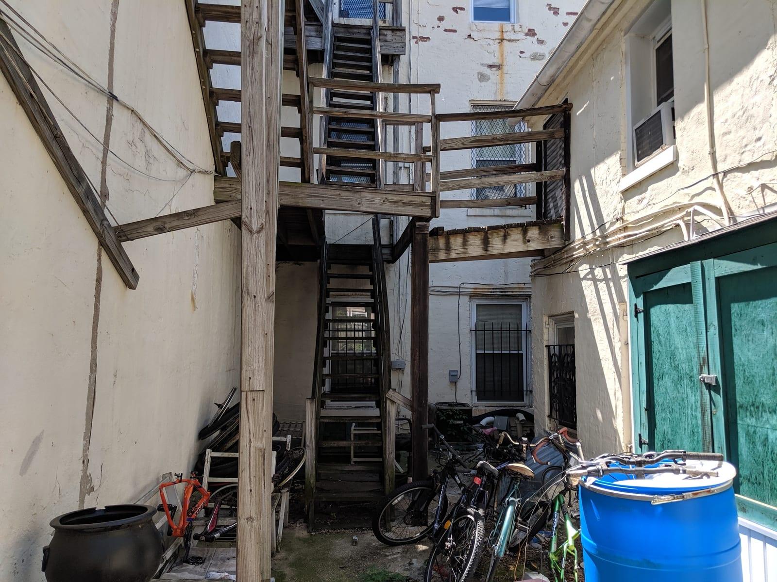 89 615 Paca rear courtyard